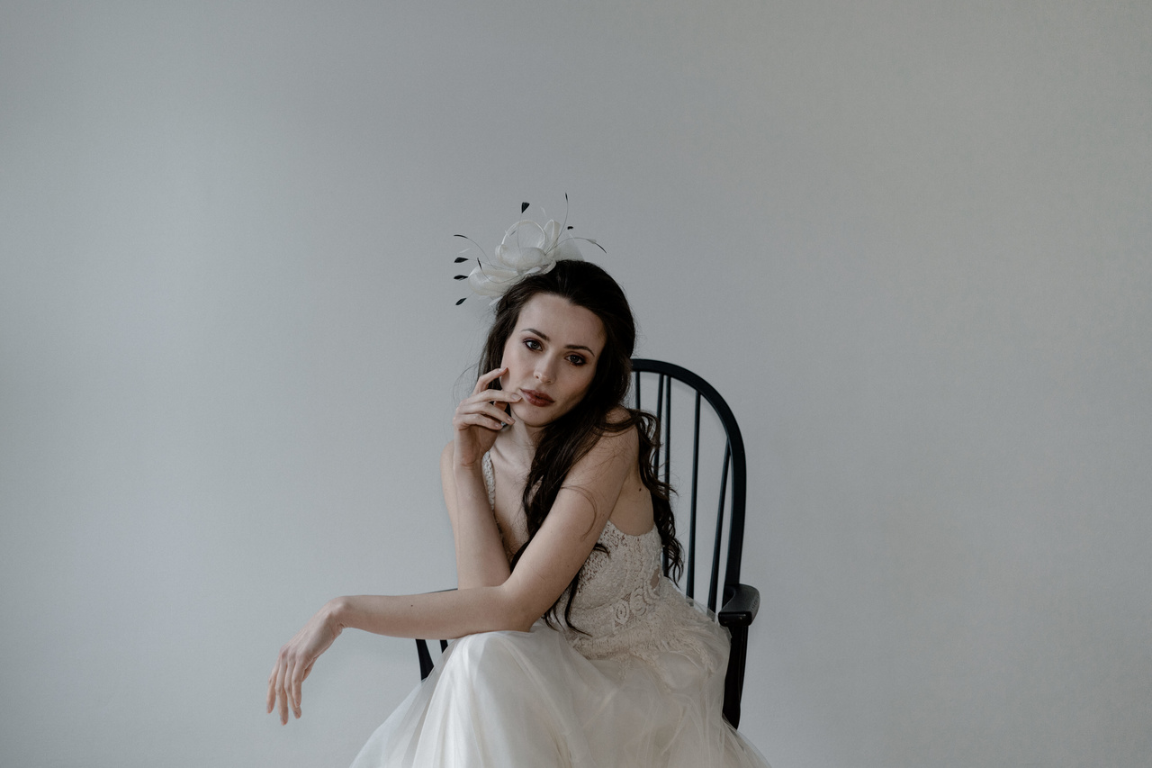 Romantischer Brautlook mit Fascinator