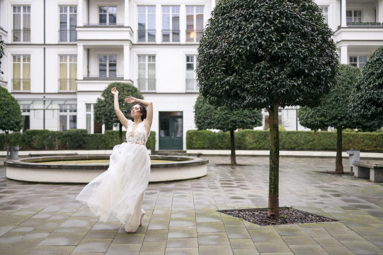 Tanzende Braut im Westend Village